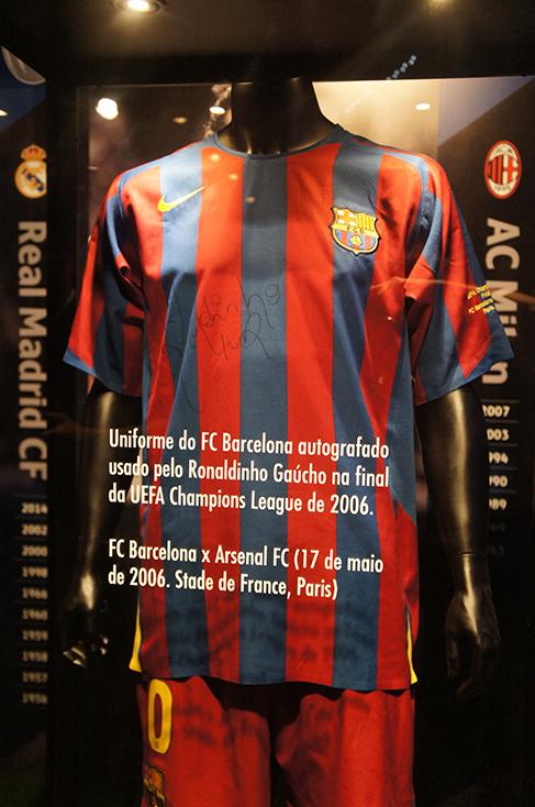 Uniforme autografado e usado pelo Ronaldinho Gaucho na final da Champions de 2006