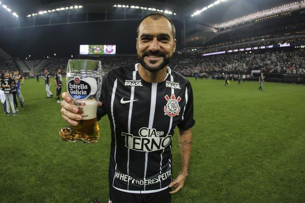 Assim que o árbitro apitou o final da partida e a torcida entrou em êxtase  pelo sétimo título brasileiro do Corinthians 8f5b022a49a4f